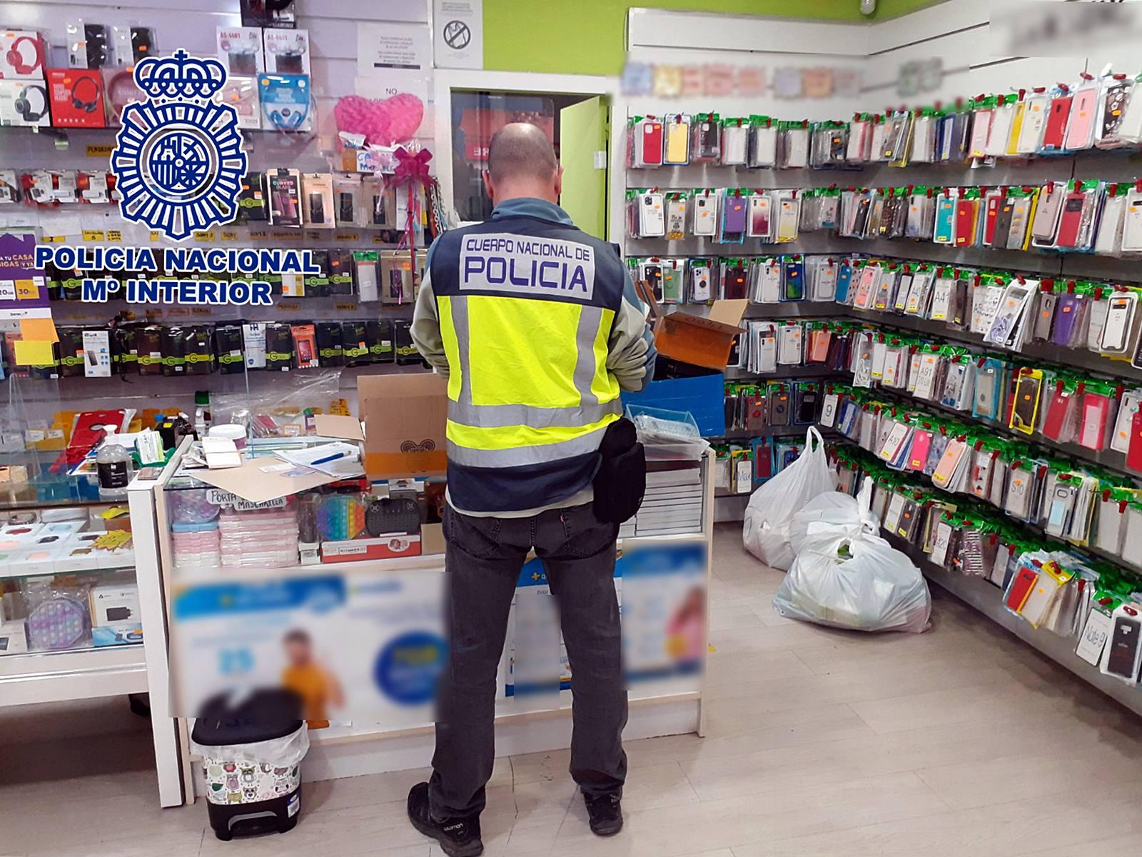 La Policía Nacional detiene a cinco propietarios de establecimientos en Alicante que tenían a la venta más de 3.300 efectos de telefonía falsificados