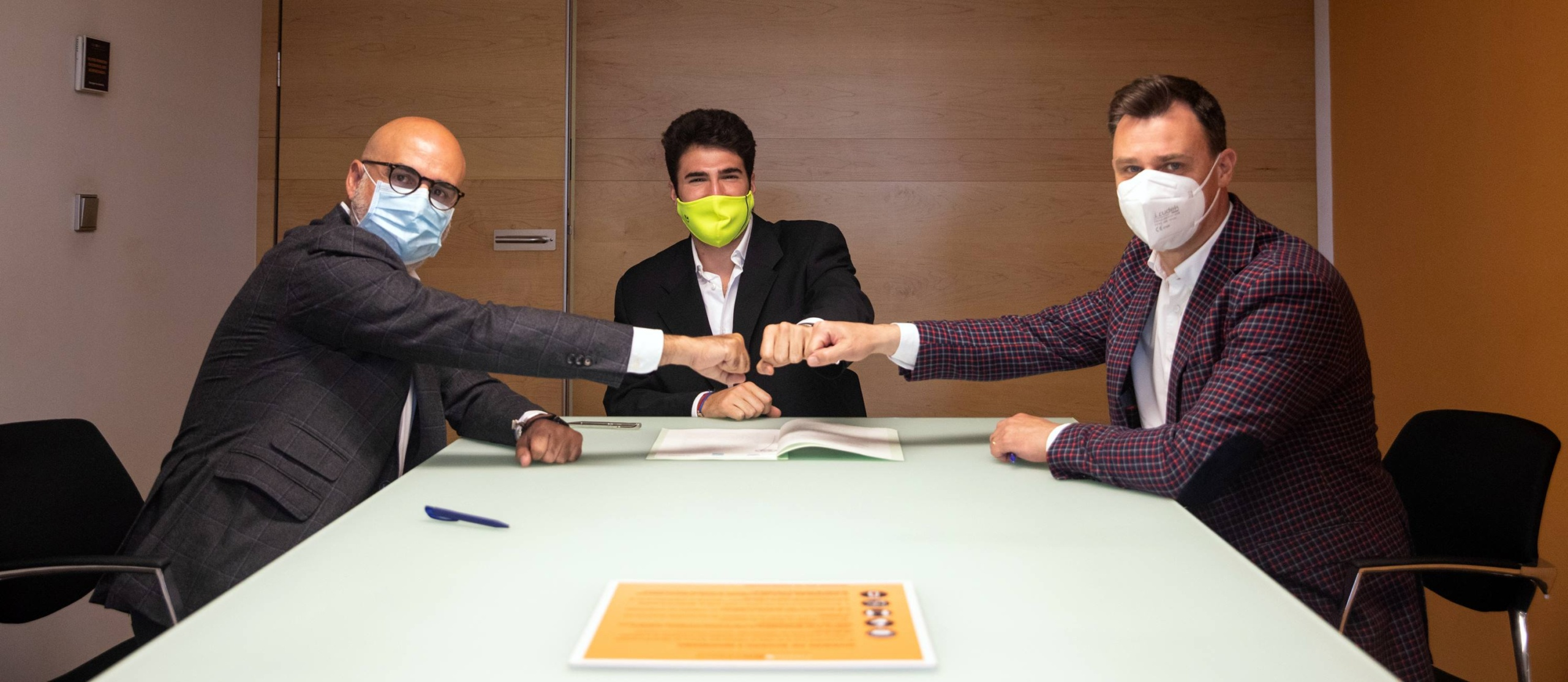 Los CEO's de Verne Technology Group y Grupoidex, Gianni Cecchin y Miguel Quintanilla, junto con el creador de L'Alicantina, Alexis Sanz, firmando la alianza.