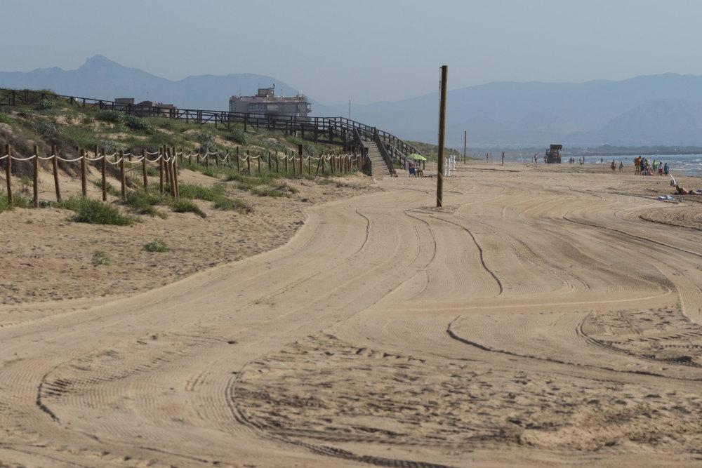 """Playa del Moncayo arrasada por la maquinaria de """"limpieza"""" (S. Arroyo)"""